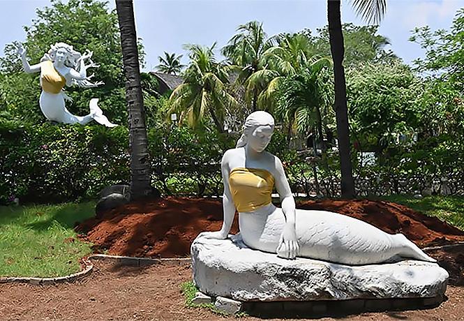 Фото №1 - Новый виток борьбы за нравственность: парк аттракционов закрыл скульптурам русалок грудь