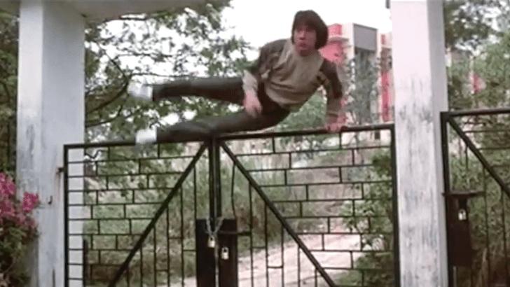 Фото №1 - Завораживающая подборка сцен с Джеки Чаном, прыгающим через заборы (видео)