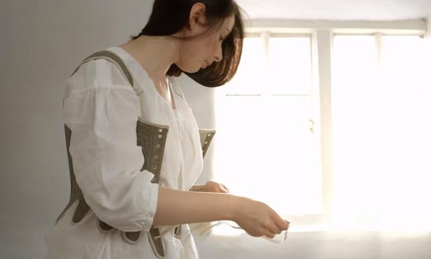 Фото №1 - Фетишистское видео: девушка одевается в костюм XVIII века