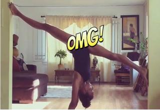 Наоми Кэмпбелл в одном купальнике показывает феноменальную растяжку!