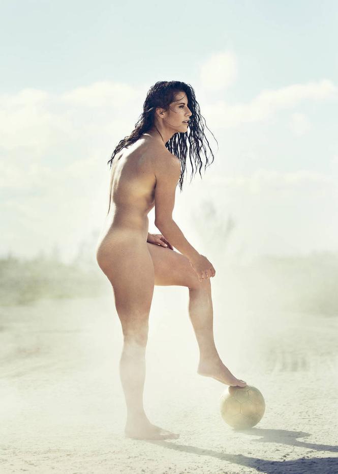 А спортсменка-то голая!