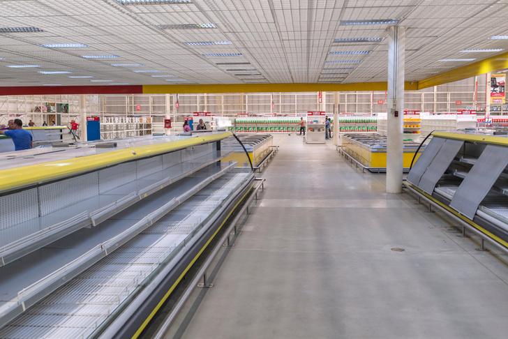 Фото №2 - Вот сколько пачек денег нужно, чтобы купить самые простые продукты в Венесуэле (фото)
