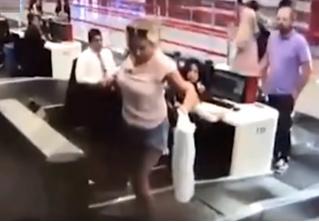 Девушка впервые попала в аэропорт и решила, что в самолет ее отвезет лента для багажа (видео)