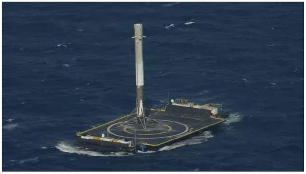 Фото №1 - Есть посадка! SpaceX впервые посадил ракету на плавающую платформу