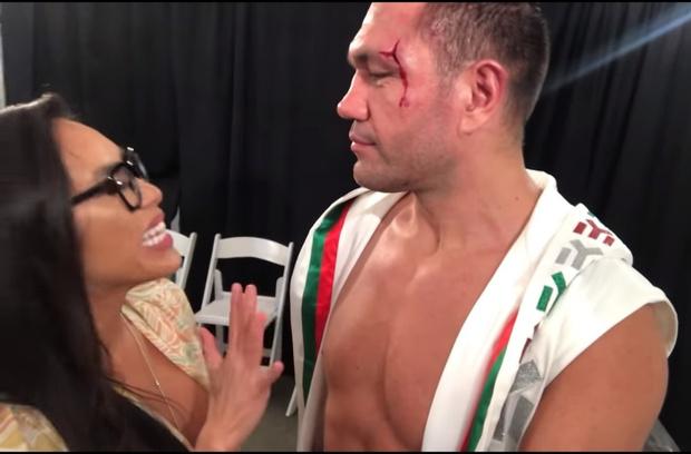 Фото №1 - Боксер закрыл журналистке рот поцелуем в интервью после победного боя (видео). И разжег скандал