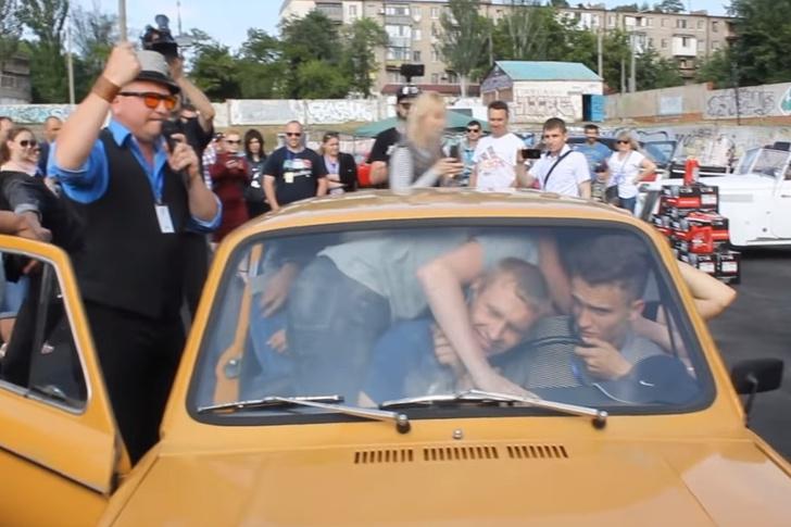 Фото №1 - Украинцы поставили рекорд вместимости «Запорожца», и это просто умора! (ВИДЕО)
