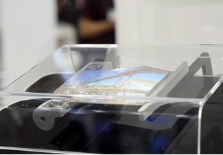 Sony разрабатывает сворачиваемый в трубочку смартфон