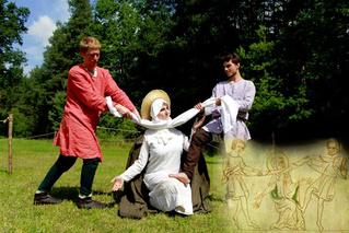 Студенты воссоздают средневековые картины из подручных средств