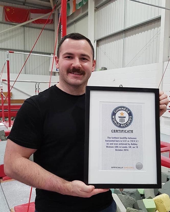 Фото №2 - Британский гимнаст совершил самый длинный в мире полет между брусьями (видео)