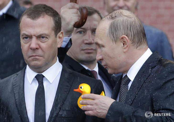 Фото №9 - Избранные шутки о грустном Медведеве под дождем