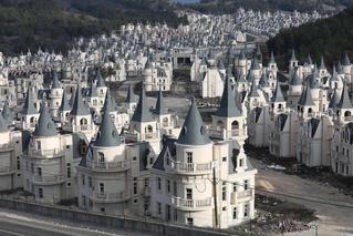 Жутковатый заброшенный поселок в стиле Диснея