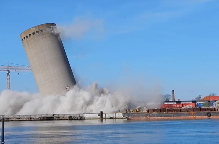 Фото №1 - Снос гигантской башни! Самый провальный из эпичных! Она рухнула на библиотеку! (ВИДЕО)