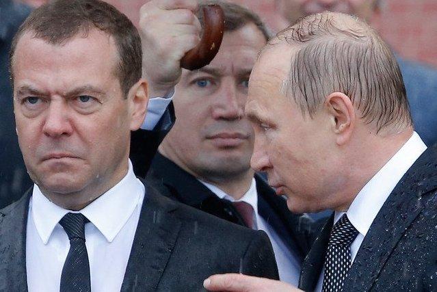 Фото №1 - Избранные шутки о грустном Медведеве под дождем