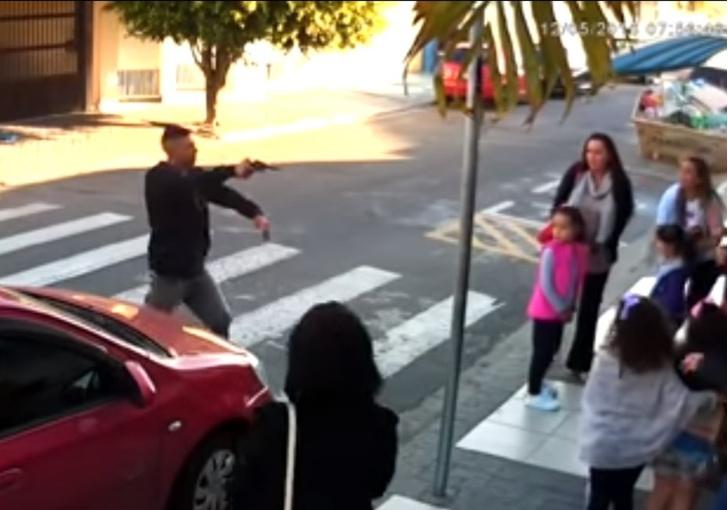 Фото №1 - Налетчик наставил пистолет на мам с детьми! А дальше все было как в крутом боевике (ВИДЕО)