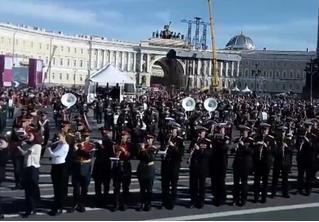 В Санкт-Петербурге больше 500 военных сыграли разом «Полет шмеля» (видео)