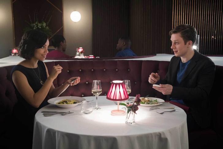 Фото №1 - Проверь, сколько продлятся твои отношения, с помощью вот этого приложения из сериала «Черное зеркало»!