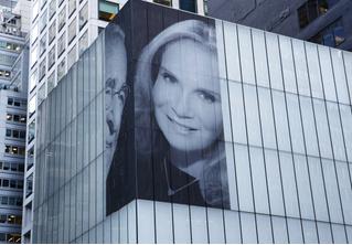 Миллиардер повесил на фасад здания огромное фото с новой женой, чтобы позлить бывшую