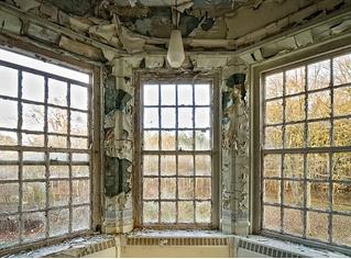 Фотограф снимает заброшенные психбольницы изнутри. И вот что пациенты видели из окон