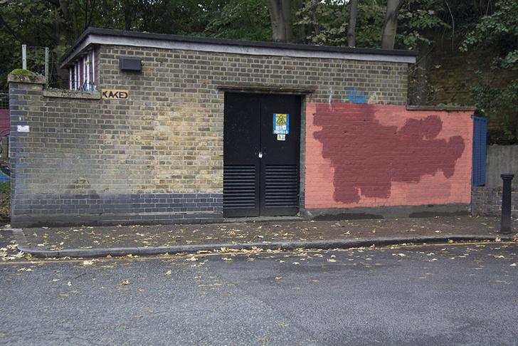 Фото №14 - Красное на черном: Как уличный художник троллил коммунальщиков