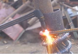 Мужики смастерили автомобилю пружины из арматуры и прокатились (видео)