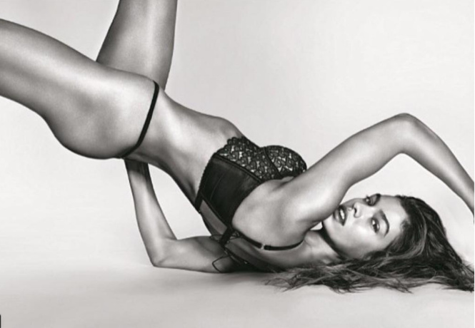 Фото №2 - Флешмоб «Рука вместо лифчика», обнаженная йога, Меган Фокс и другие самые сексуальные девушки этой недели