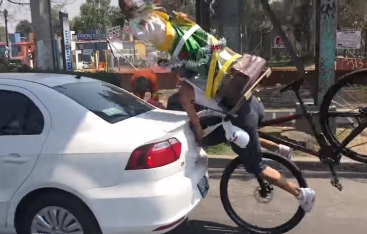 Фото №1 - Мы давно ждали этого момента: велосипедист со статуей святого за спиной врезается в машину! Видео