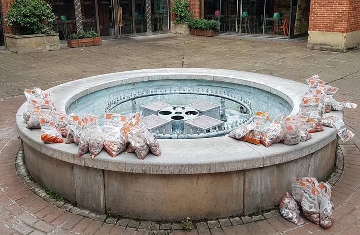 Фото №1 - В Великобритании в фонтан высыпали 100 000 монет, чтобы проверить, как отреагируют прохожие