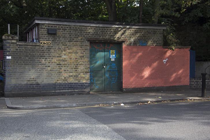 Фото №1 - Красное на черном: Как уличный художник троллил коммунальщиков