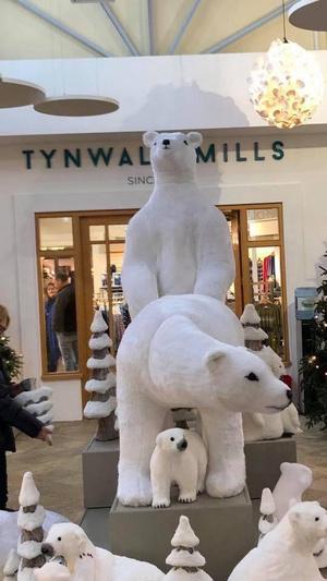 Фото №4 - Торговый центр извинился за скульптуры с белыми мишками. Они получились слишком эротичными