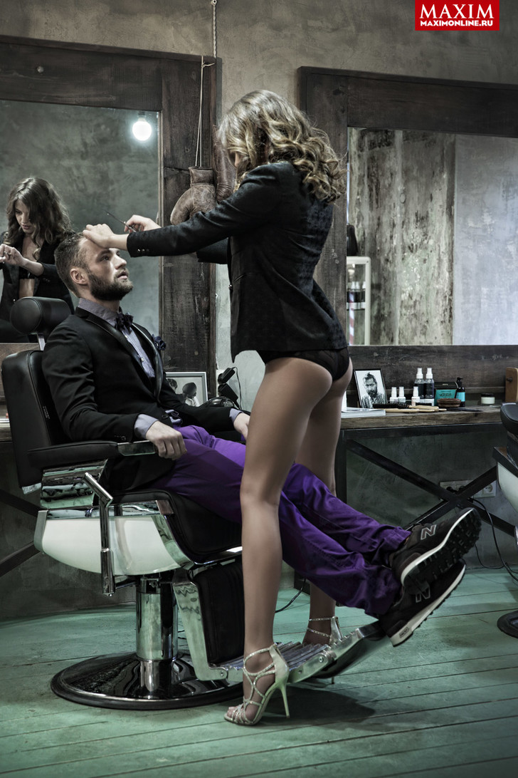 На Ксении: пиджак Juicy Couture,  белье Wolford, босоножки Jimmy Choo  На Валерии: смокинг Lab  Pal Zileri, рубашка  Scotch & Soda, бабочка Gant, платок H&M, брюки Diesel, кроссовки New Balance