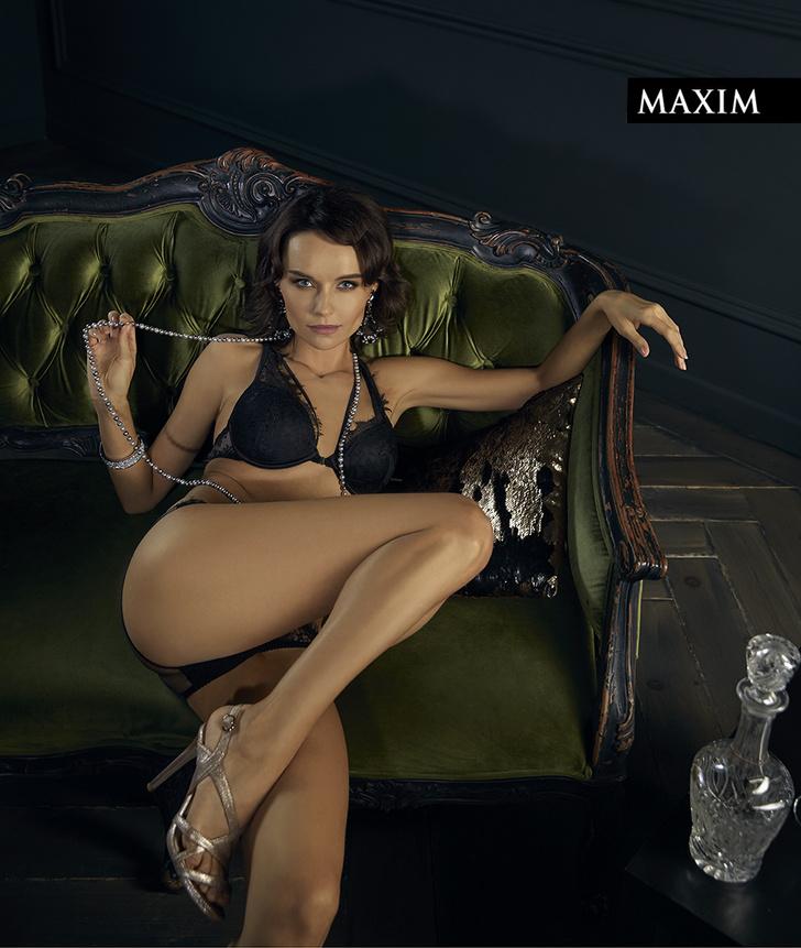 Фото №2 - Полулежа в полумраке: Юлия Подозерова в самой чувственной фотосессии MAXIM