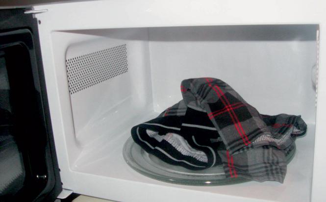 Фото №2 - Тестируем разную фигню на всякую ерунду: сушка одежды в микроволновке