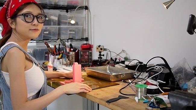 Фото №2 - Девушка-инженер смастерила светящийся корсет для женщин с силиконовой грудью (ВИДЕО)