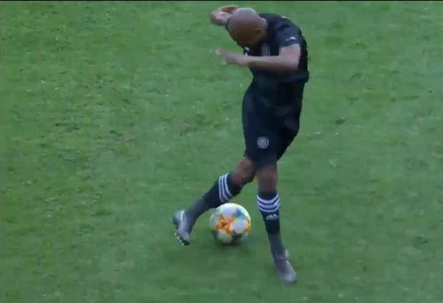 Фото №1 - Капитан Финт: уморительный маневр сделал футболиста звездой Интернета (видео)