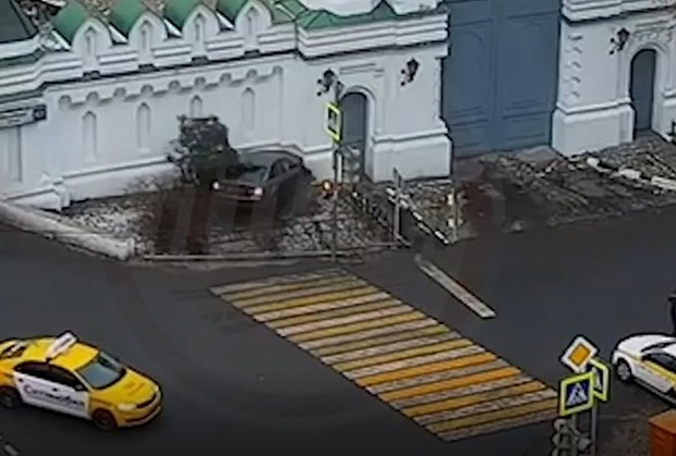 Фото №1 - Полицейский на BMW протаранил стену московского храма (видео)