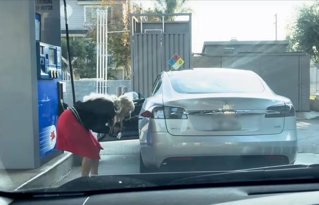 Фото №1 - Девушка пытается заправить «Теслу» бензином (видео)