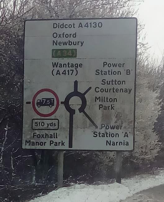Фото №4 - На дорожных знаках в Англии появились указатели на Средиземье, Готэм и другие выдуманные места