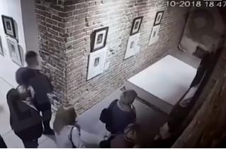 В Екатеринбурге девушки уронили картину Сальвадора Дали, пытаясь сделать селфи