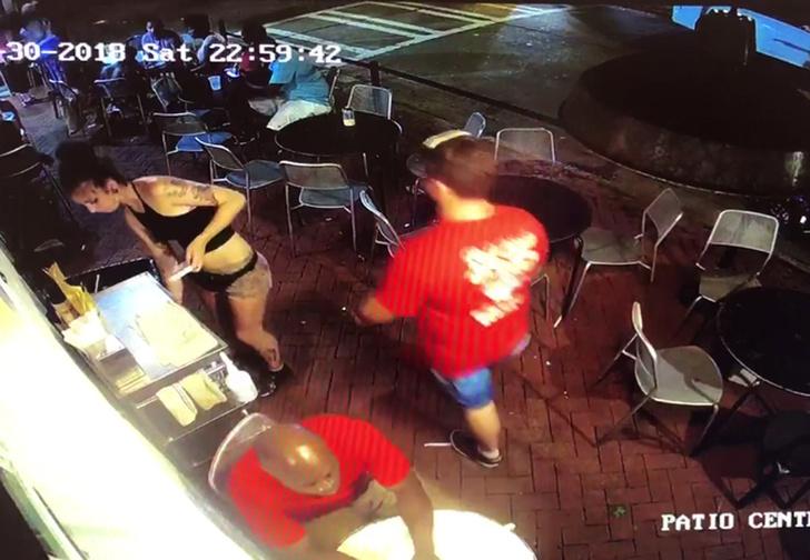 Фото №1 - Посетитель потрогал официантку за попу и мгновенно поплатился. Поучительное ВИДЕО