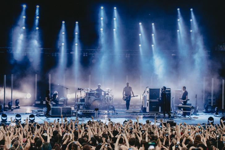 Фото №9 - Лечение роком. Что вытворяют на своих концертах культовые британцы Placebo