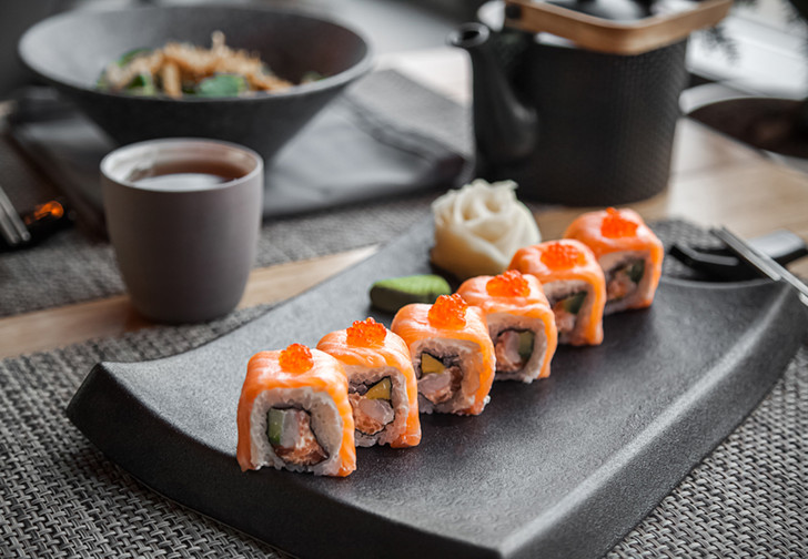 Фото №1 - Как можно удивить девушку японским рестораном?