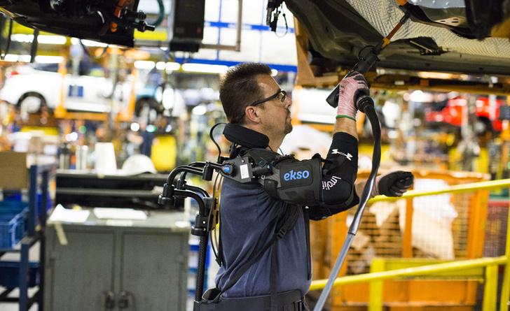 Фото №1 - Экзоскелет работника фабрики Ford (ВИДЕО)
