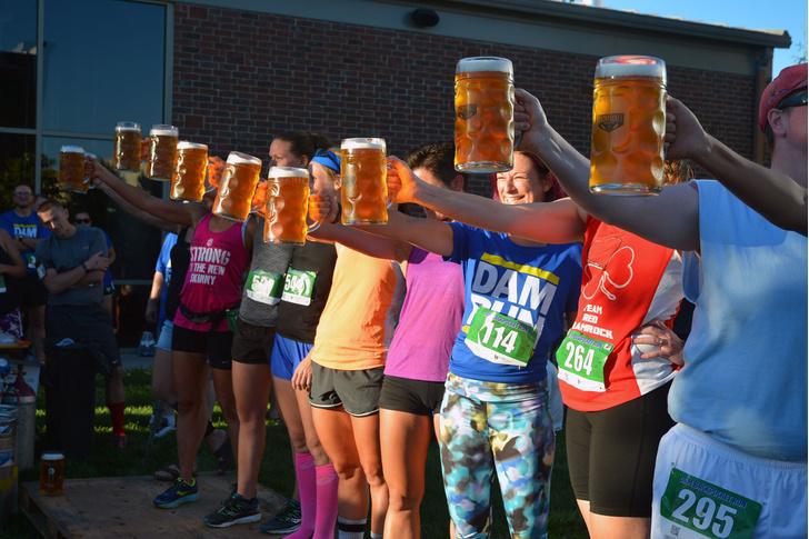 Фото №1 - Самый жизненный забег в мире: полкилометра с перекуром и пивом