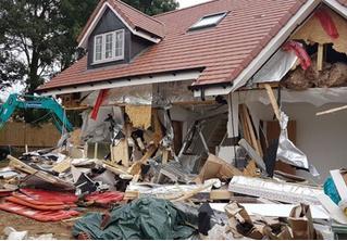 В Лондоне экскаваторщик разломал пять новых домов, когда ему не заплатили (видео)