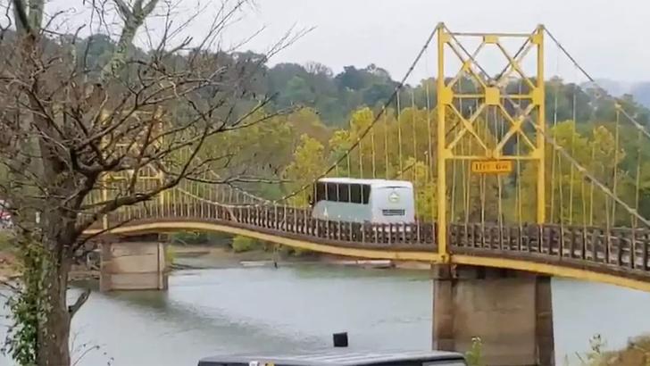 Фото №1 - 12-тонный автобус едет по мосту, рассчитанному на 10 тонн (видео)