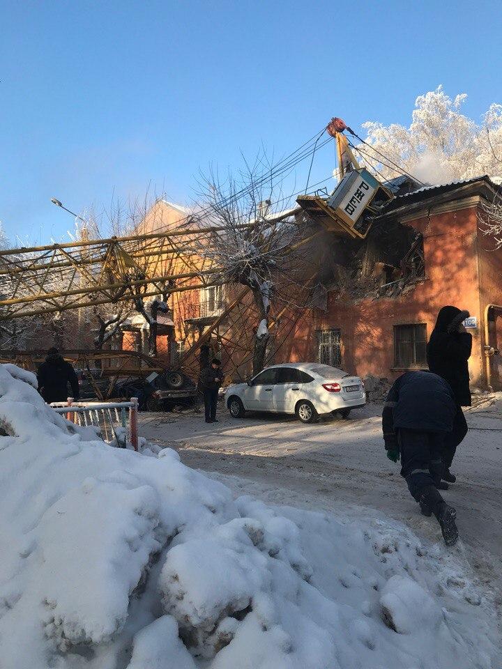 Фото №3 - Башенный кран упал прямо на жилой дом! Разрушительные ВИДЕО и ФОТО