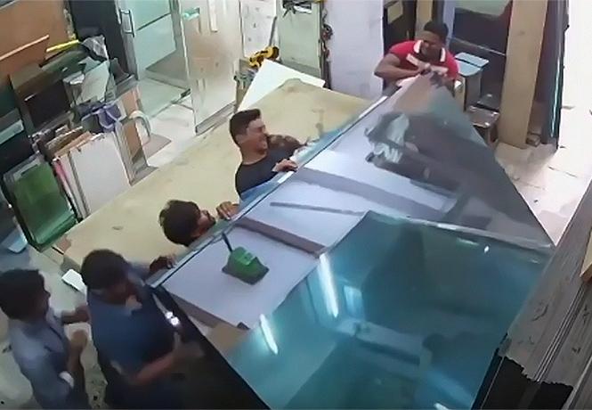 Фото №1 - Пятеро рабочих в неравной борьбе со штабелем стекла (видео)