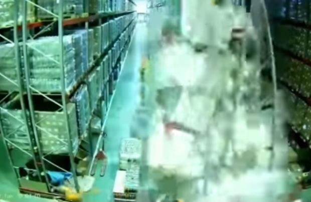 Фото №1 - Грузчик на погрузчике одним легким движением обрушивает целый склад (апокалиптичное видео)
