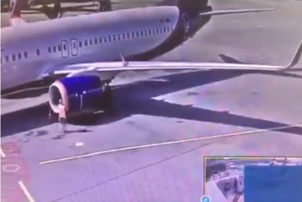 Фото №1 - Работник аэропорта Шереметьево запулил сигнальный конус на крыло самолета (возмутительное видео)