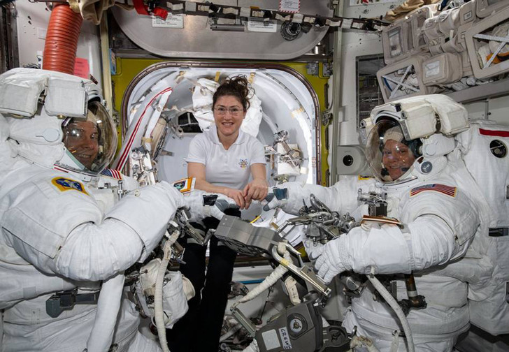 Фото №1 - Первый в истории парный женский выход в открытый космос отменен из-за размеров скафандров